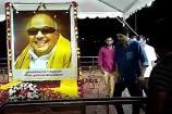 கருணாநிதி நினைவிடத்தில் நடிகர் விஜய் அஞ்சலி