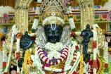 மஞ்சள், பச்சை பட்டாடை மற்றும் ராஜ மகுடத்துடன் அத்திவரதர்!