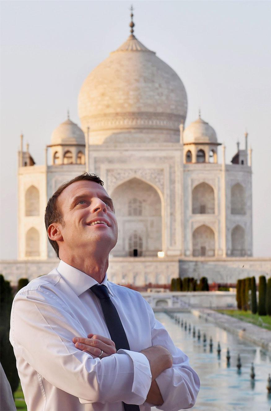 பிரான்ஸ் அதிபர் இம்மானுவேல் மெக்ரான் தாஜ் மஹாலுக்கு வெளியில் நின்று புகைப்படம் எடுத்துக் கொண்டார்.
