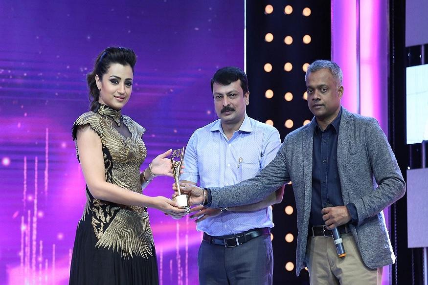 இயக்குனர் கெளதம் மேனனிடம் விருது வாங்கும் த்ரிஷா