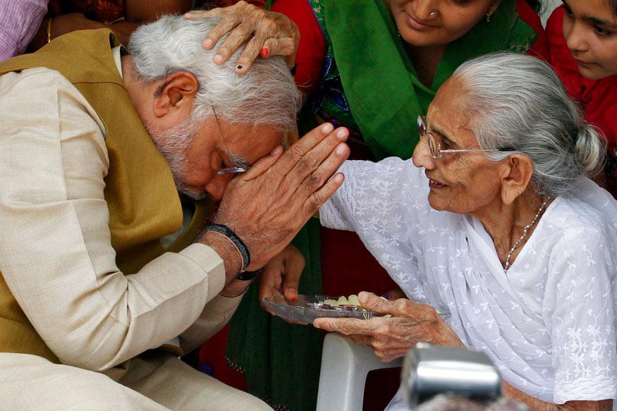 பிரதமர் நரேந்திர மோடி, தனது தாய் ஹீராபென் மோடியுடன்.