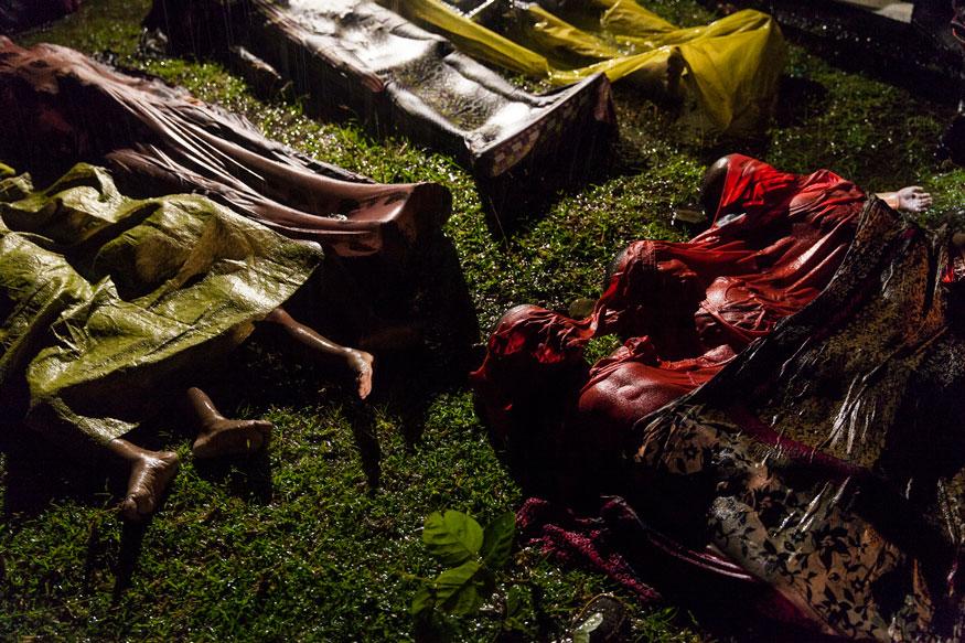 பொது செய்திகள் தனிநபர் பிரிவின்கீழ், முதல் பரிசு பெற்ற இந்த புகைப்படம் 2017-ஆம் ஆண்டு வங்கதேசத்தின் காக்ஸ் பஜார் பகுதியில் எடுக்கப்பட்டது. ரோஹிங்யா அகதிகளின்கிடத்தப்பட்ட உடல்கள்.