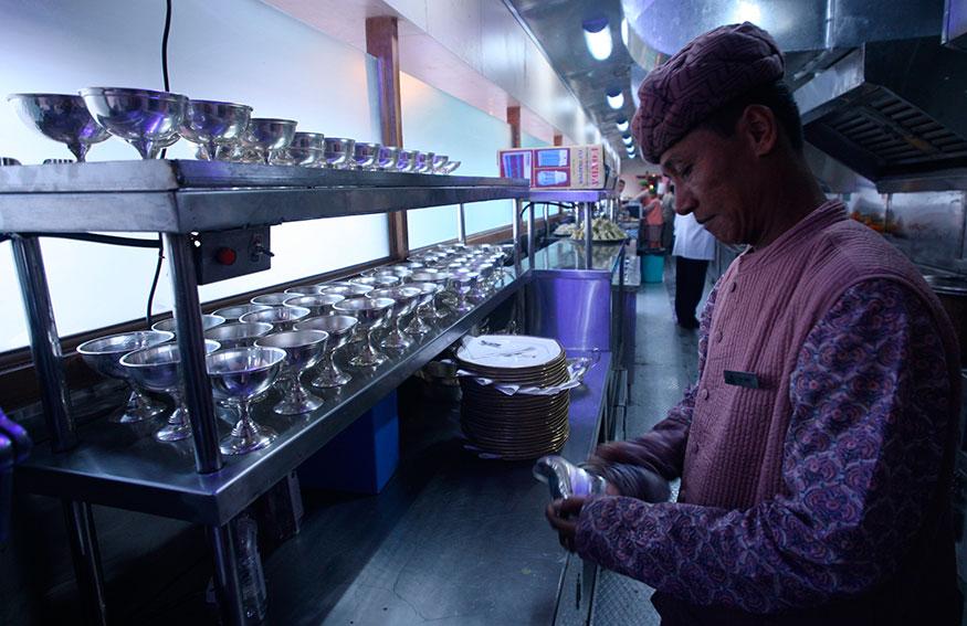 ரயிலில் அமைந்துள்ள சமையலறை கோச்சில் வேலை பார்க்கும் சமையல் கலைஞர். (Image: Reuters)