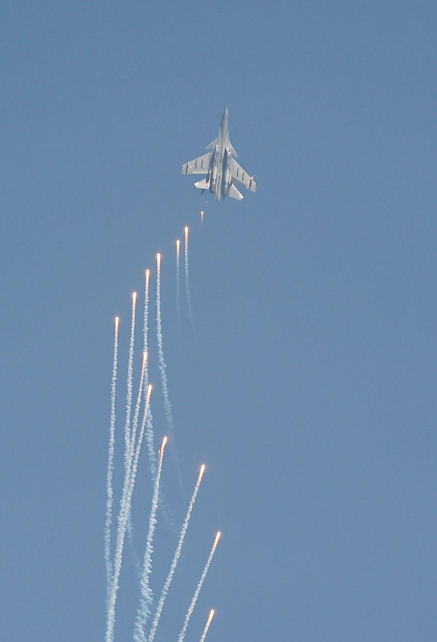 86-வது தேசிய விமானப்படை தினத்தையொட்டி காஸியாபாத், ஹிண்டோன் விமான தளத்தில் நடந்த இந்திய விமானப்படையின் அணிவகுப்பில் சாகசம் செய்யும் Su-30MKI விமானம்.