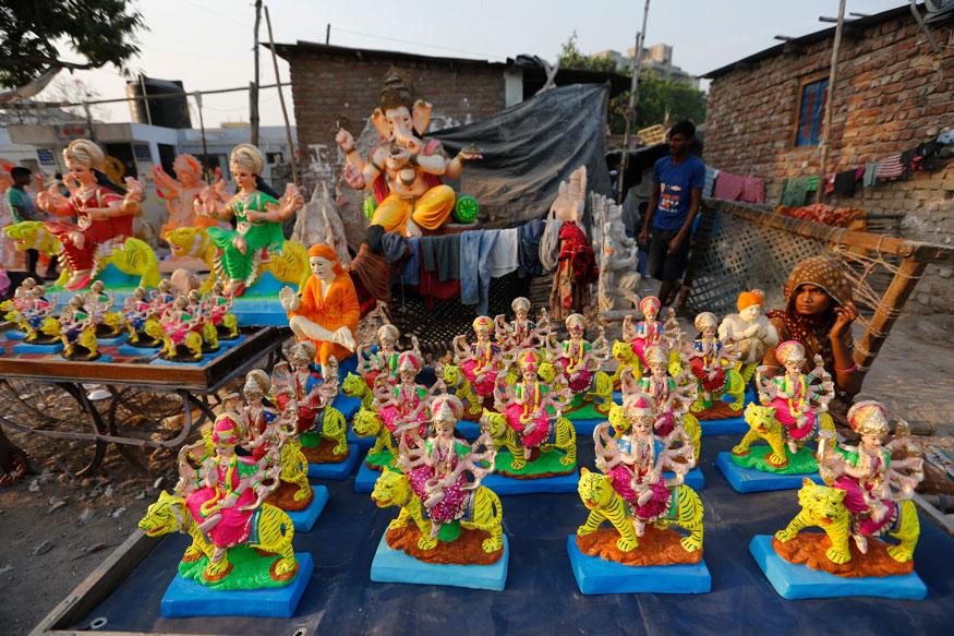 அகமதாபாதில் விற்பனைக்காக வைக்கப்பட்டுள்ள துர்கை சிலைகள்.