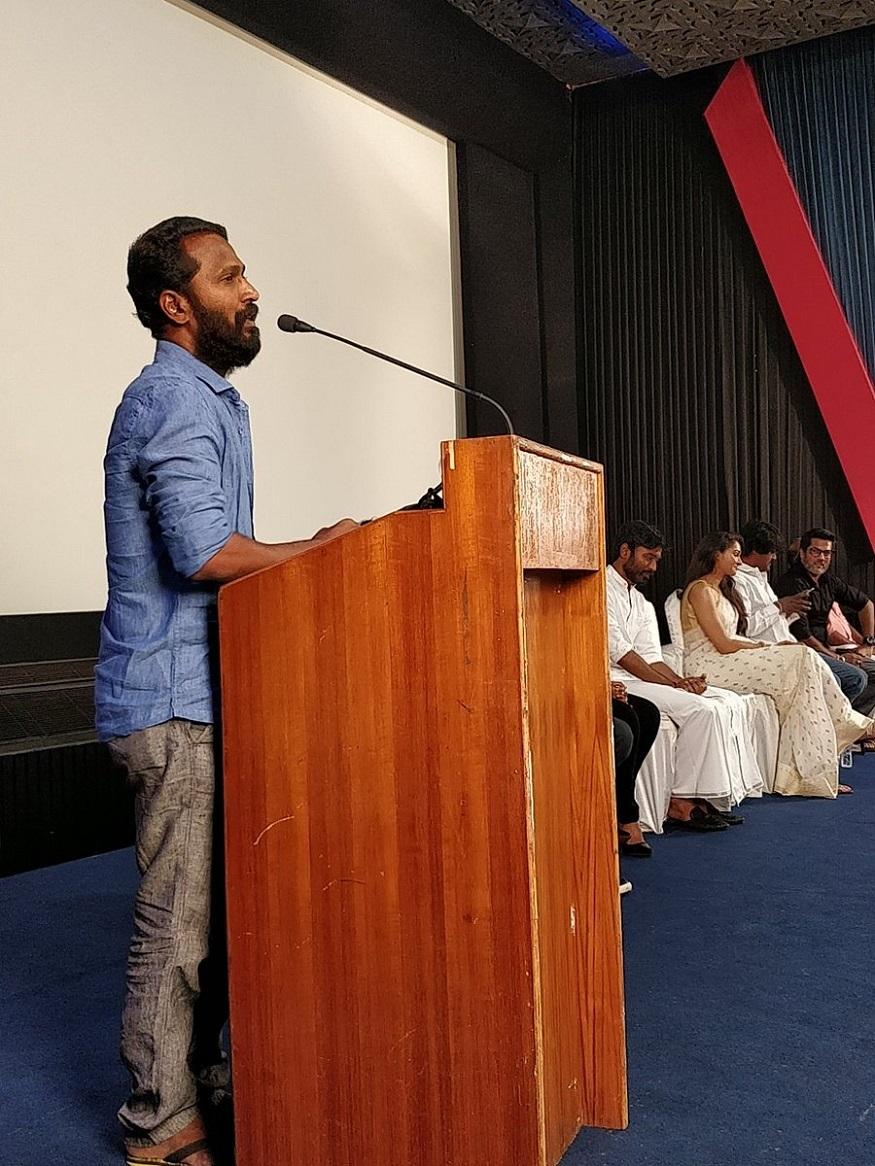 வடசென்னை படக்குழுவின் செய்தியாளர் சந்திப்பில் பேசும் இயக்குனர் வெற்றி மாறன். (Image : Wunderbar Films/Twitter)