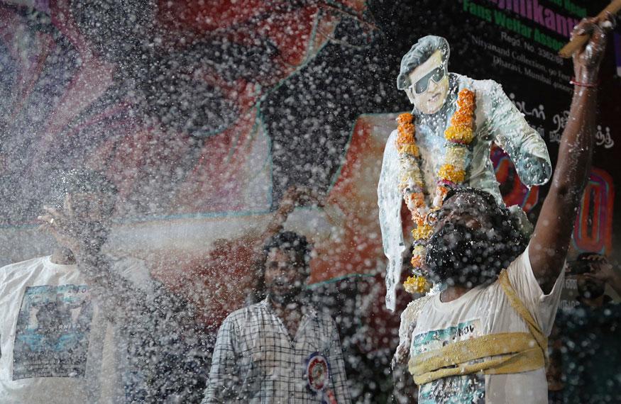 24.சொன்ன நேரத்தில் கிராபிக்ஸ் பணிகளை முடிக்காததால் தங்களுக்கு பல கோடி நஷ்டம் ஏற்பட்டதாகவும் மேலும் படம் கூடுதலாக தாமதமானதாகவும் தயாரிப்பு தரப்பு டிவிட்டரில் பதிவிட்டனர். இதைதொடர்ந்து அந்நிறுவனத்திடம் நஷ்ட ஈடு கேட்டு லைக்கா வழக்கு தொடர போவதாக ஒரு தகவல் வெளியாகியிருந்த நிலையில் அதை படக்குழு மறுத்தனர். எனினும் இது தன்னை மிகவும் கலங்க செய்ததாக இயக்குநர் ஷங்கர் ஒரு பேட்டியில் வருத்தப்பட்டார்.