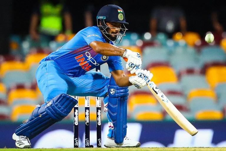 இளம் வீரர் ரிஷப் பண்ட், தினேஷ் கார்த்திக், விஜய் சங்கர் உள்ளிட்டோரும் இடம் பெற்றனர். (AFP)