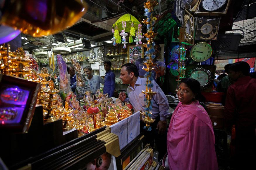 புதுடெல்லியில் தீபாவளி பண்டிக்காக ஷாப்பிங் செய்யும் மக்கள். (Image:AP)