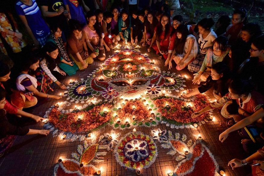 கவுகாத்தியில் உள்ள கல்லூரி பெண்கள் விடுதியில் விளக்குகள் ஏற்றி தீபாவளியை கொண்டாடிய பெண்கள். (Image: PTI)