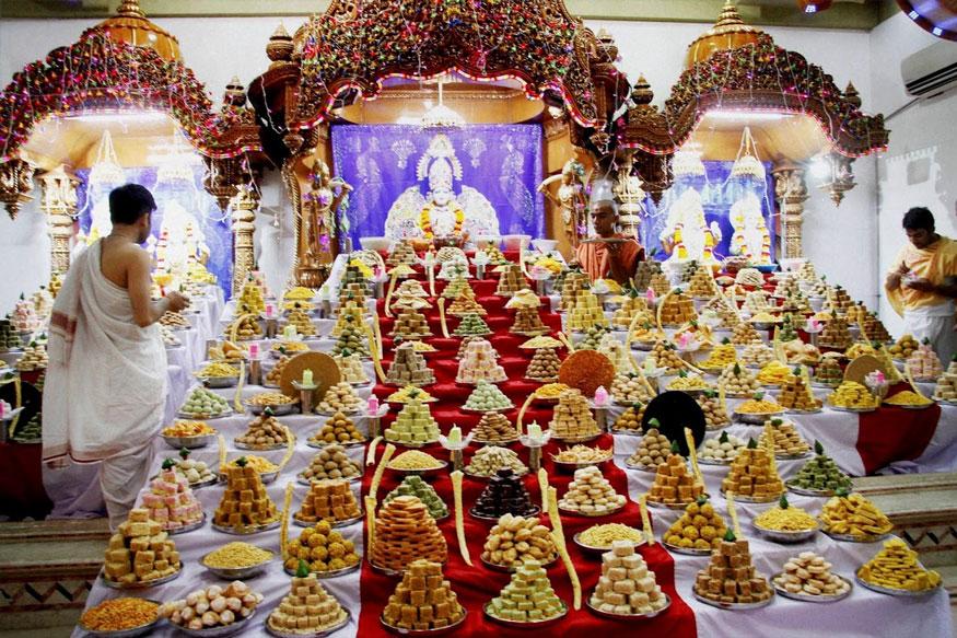 அகமதாபாத்தில் தீபாவளியை ஒட்டி ஸ்வாமி நாராயணன் கோவிலில் நடந்த சிறப்பு பூஜை. (Image: PTI)