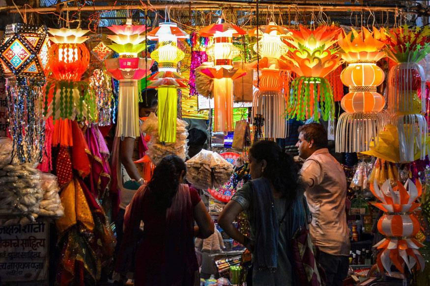 மகாராஷ்டிராவில் தீபாவளிக்காக கடைகளில் அலங்கார விளக்குகள் வாங்கும் மக்கள். (Image:PTI)