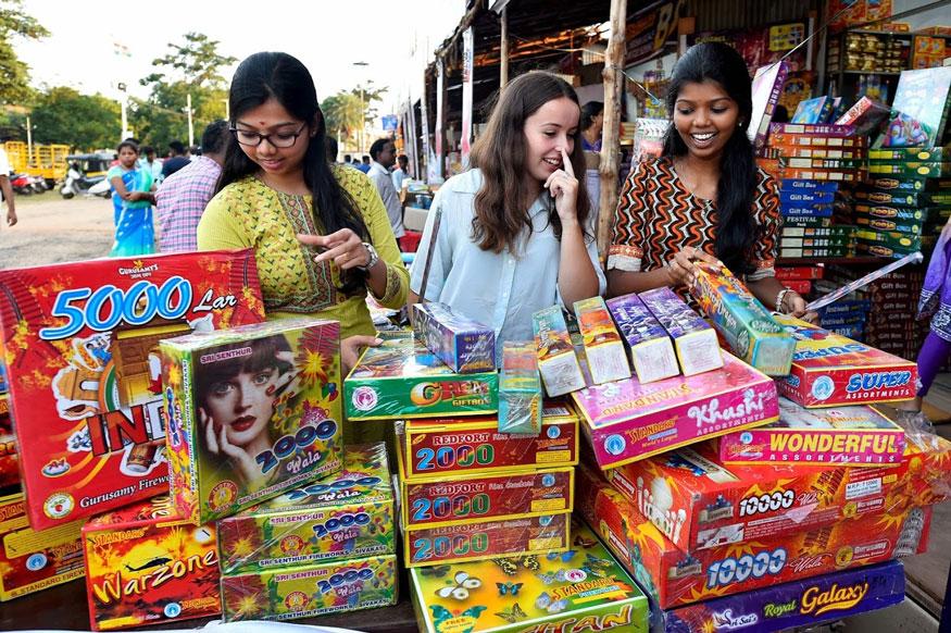 சென்னையில் தீபாவளியை ஒட்டி பட்டாசுகள் வாங்கும் இளம் பெண்கள். (Image: AP)