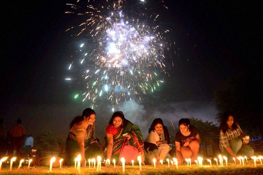 அலகாபாத்தில் தீபாவளியை ஒட்டி மெழுகுவர்த்திகள் ஏற்றும் பெண்கள். (Image: PTI)