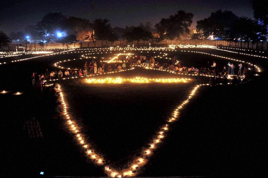 அலகாபாத்தில் உள்ள விளையாட்டு மைதானத்தில் தீபாவளியை ஒட்டி தீபங்கள் ஏற்றியுள்ள இளம் வீரர்கள். (Image: PTI)