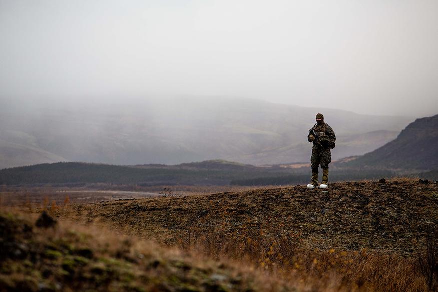'ட்ரிடெண்ட் ஜங்க்டர்' போர் ஒத்திகையில் கலந்து கொண்டுள்ள அமெரிக்க கடற்படையின் 24-ம் பிரிவு ஐஸ்லாண்டில் குளிர்கால போர் உத்திகளை பயிற்சி எடுத்து வருகின்றனர். (Image: Reuters)