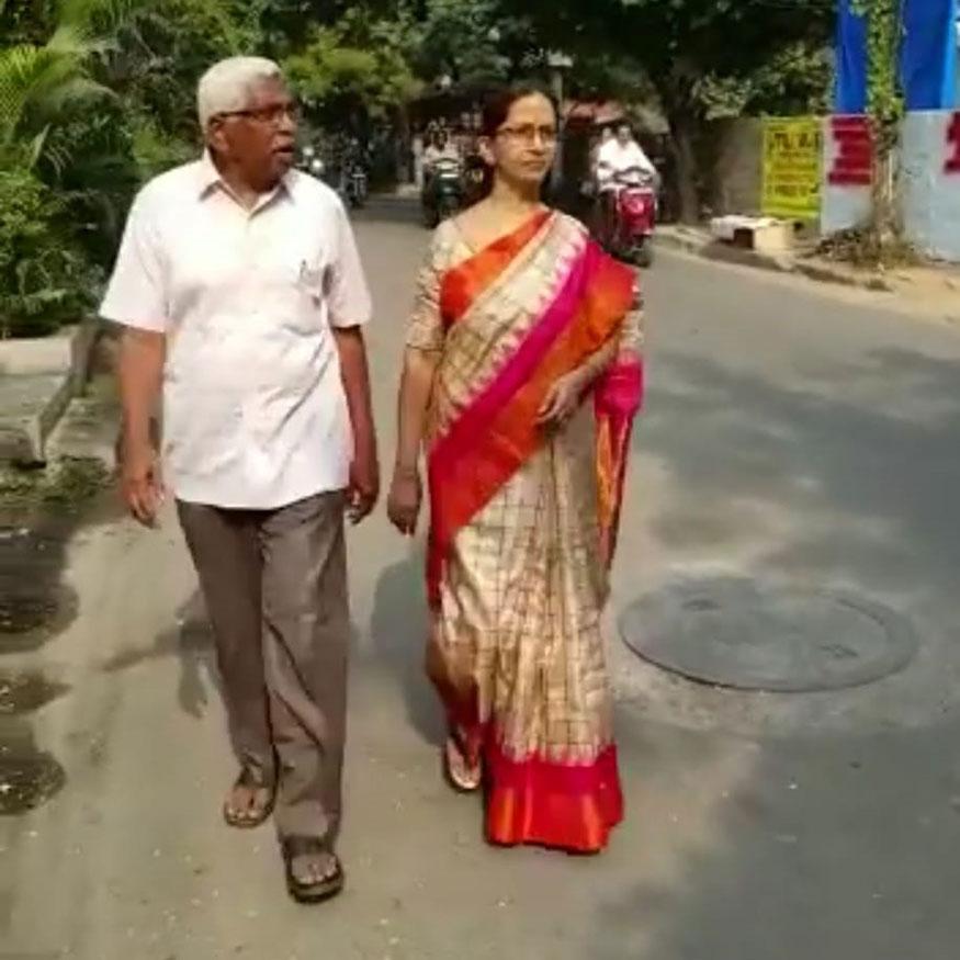 TJE தலைவரான கொடந்தரம் அவரது மனைவியுடன் வந்து வாக்களித்தார். (Image: Special Arrangement)