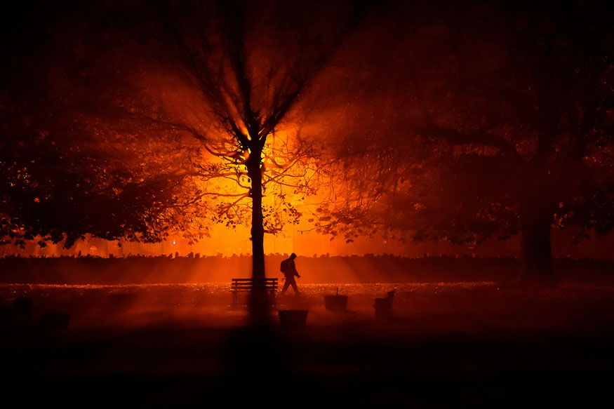 அயர்லாந்தில் பனி சூழ் பூங்காவில் நடந்து செல்லும் மனிதர். (Image: Reuters)