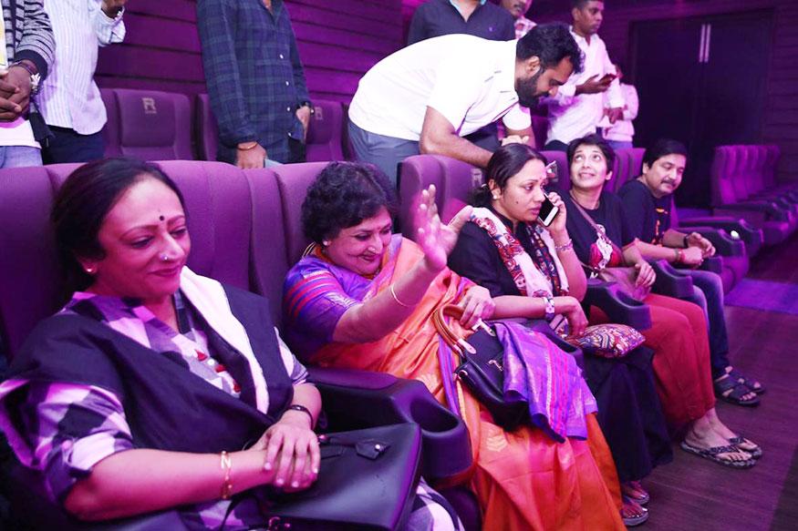 ரஜினி ரசிகர்களை பார்த்து கையசைக்கும் லதா ரஜினி காந்த் (Image: Special Arrangement)