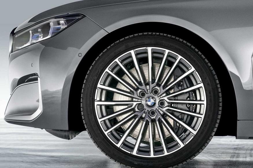 அலாய் சக்கரங்கள் பொருத்தப்பட்ட 2020 BMW 7-Series