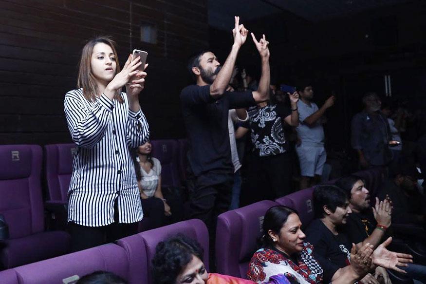 நடிகைத்ரிஷா மற்றும் தனுஷ் பேட்ட படத்தை ரசிகர்களுடன் பார்க்கும் போது (Image: Special Arrangement)