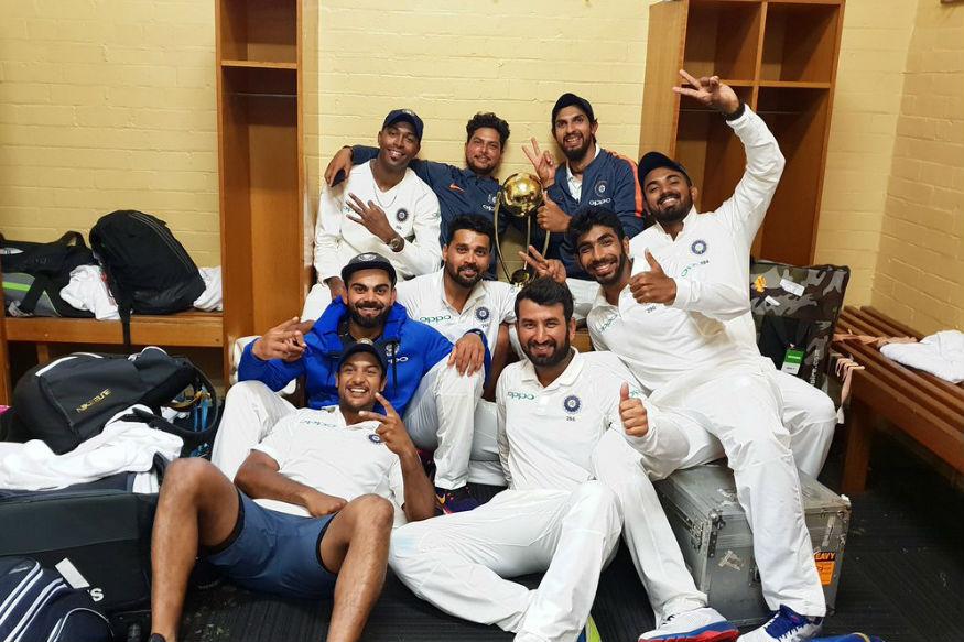 ஓய்வு அறையில், டெஸ்ட் கோப்பையுடன் இந்திய அணி வீரர்கள். (BCCI)