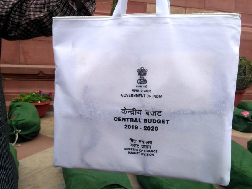 மத்திய அமைச்சர் பியுஷ் கோயல் கொண்டுவந்த 2019-ம் ஆண்டுக்கான இடைக்கால பட்ஜெட் அறிக்கைகள். (Image: News18/Umesh Sharma)