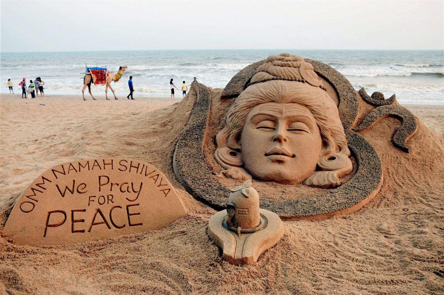 மஹா சிவாராத்திரியைக் கொண்டாடும் சிற்பம். (Image: PTI)