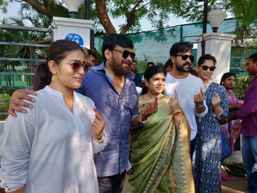 வாக்களித்த பின்பு சிரஞ்சீவி மற்றும் அவரது குடும்பத்தினர் .(Image: News18)