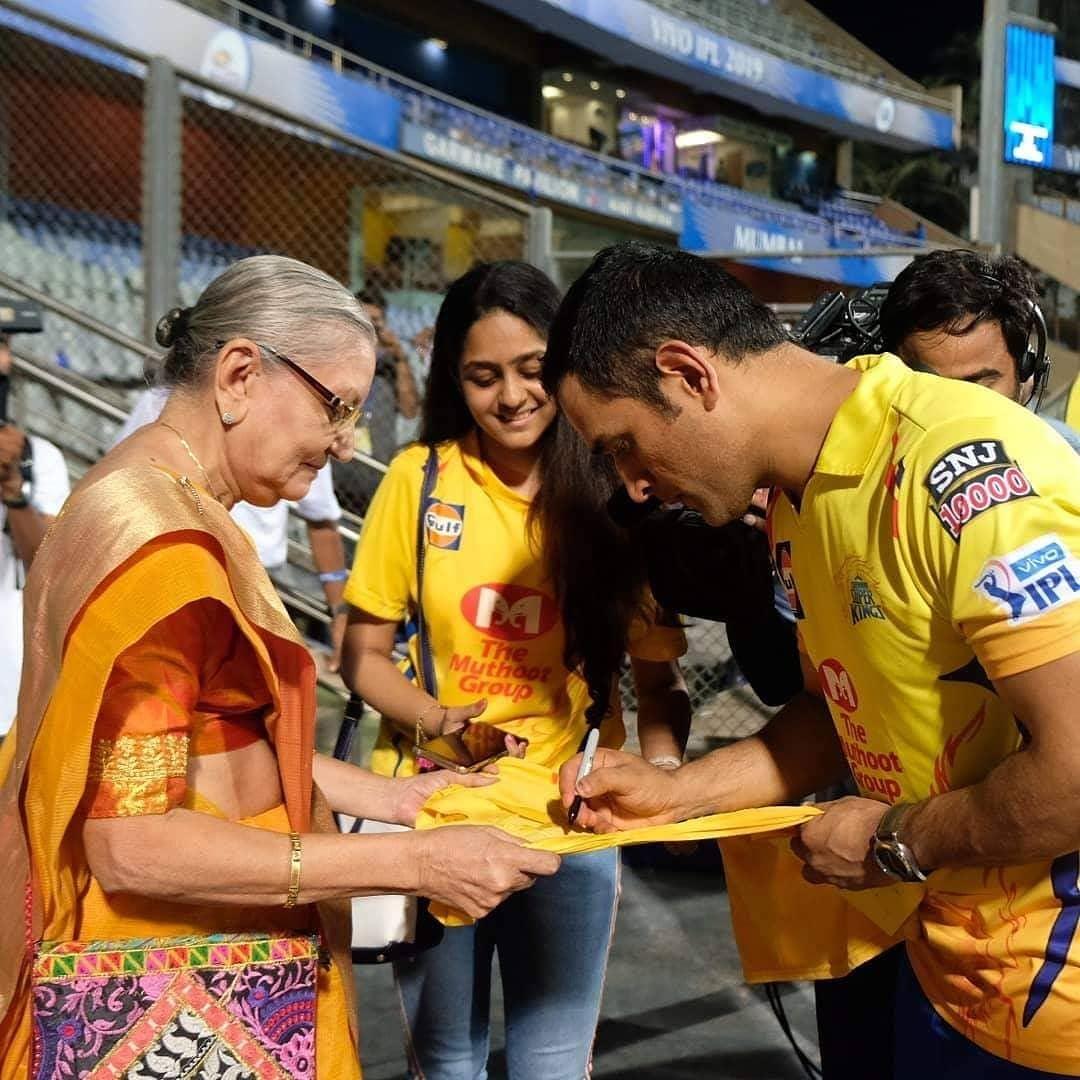 இறுதியாக, சென்னை அணியின் ஜெர்சியில் ஆட்டோகிராஃப் போட்டுக்கொடுத்தார் தோனி. இந்த சம்பவத்தால், மும்பை ரசிகர்களின் இதயங்களை தோனி வென்றார்.(Twitter)
