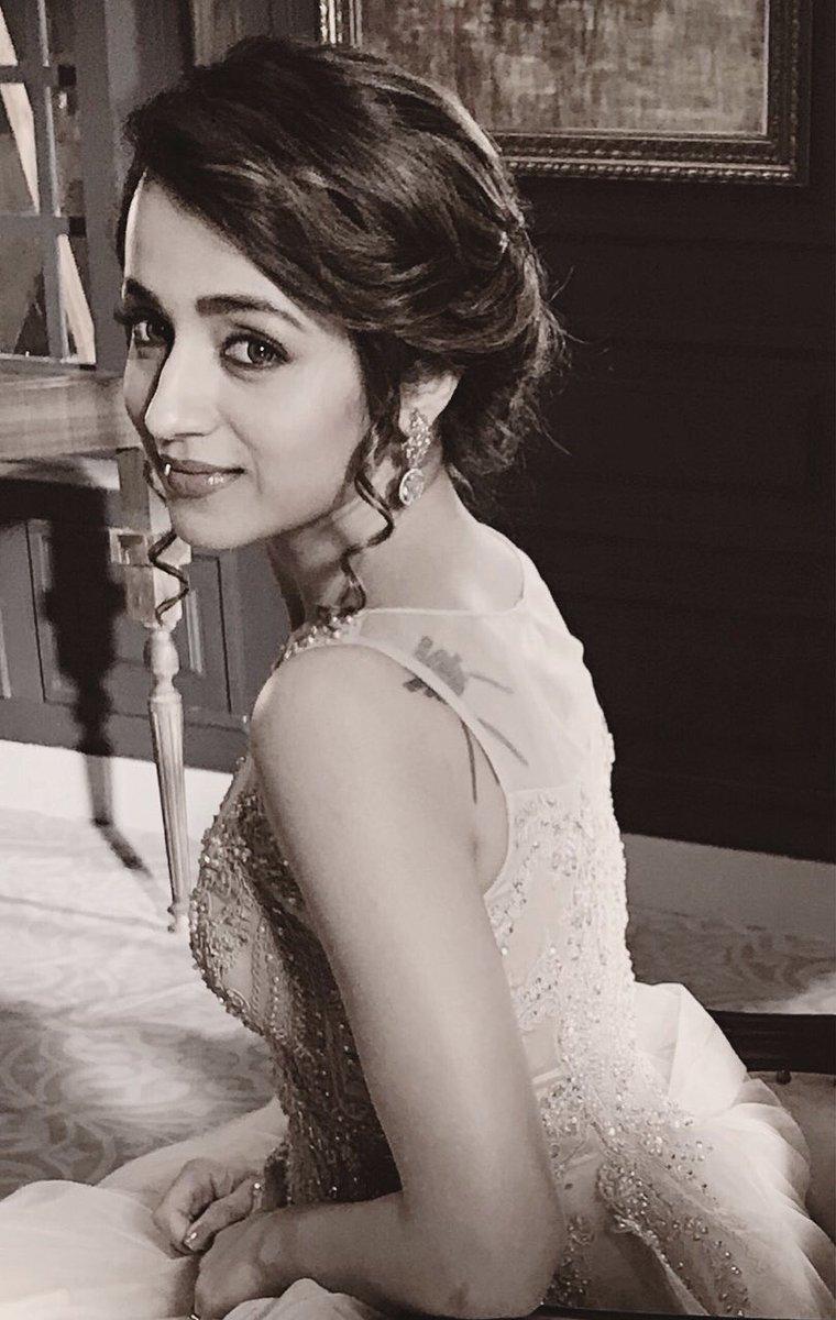 அதனை தொடர்ந்து 2003-ம் ஆண்டு தெலுங்கில் வெளியான வர்ஷம் என்ற தெலுங்கு படத்தில் நடித்ததற்காக சிறந்த தெலுங்கு திரைப்பட நடிகைக்கான விருது, சந்தோசம் விருது ஆகியவற்றை த்ரிஷா பெற்றார்.(படம்: ட்விட்டர்-த்ரிஷா)