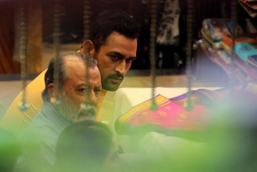 சிம்லாவில் சூட்டிங்கின் போது தோனி மற்றும் பாலிவுட் நடிகர் பங்கஞ் கபூர் (Image: PTI)
