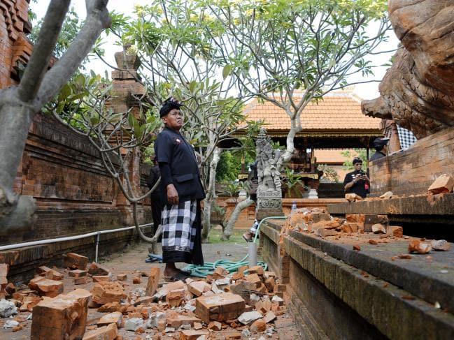 நிலநடுக்கத்தால் சேதமடைந்த இந்து கோயில்களை பார்வையிடும் அதிகாரிகள் (Picture: Firdia Lisnawati/AP