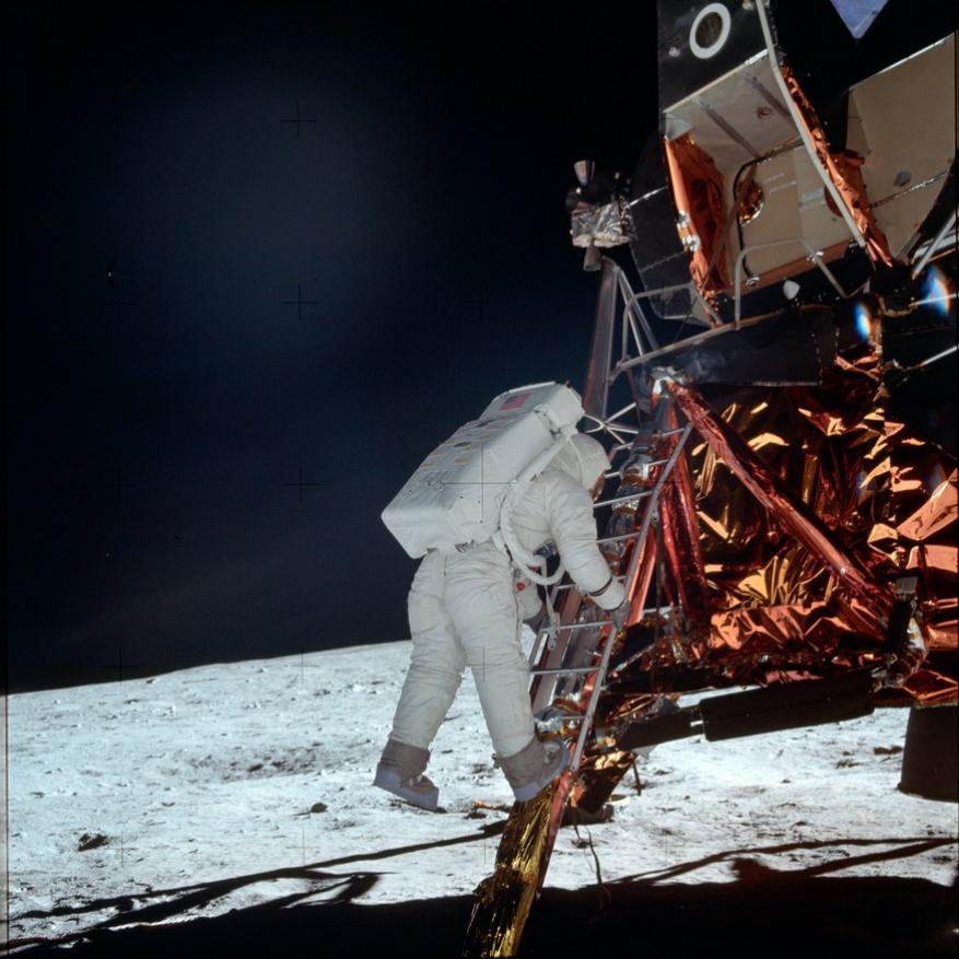நிலவில் தரையிறக்கப்பட்ட லூனார் கலத்தில் இருந்து இறங்கும் ஆல்ட்ரின்(Image: NASA/AP)