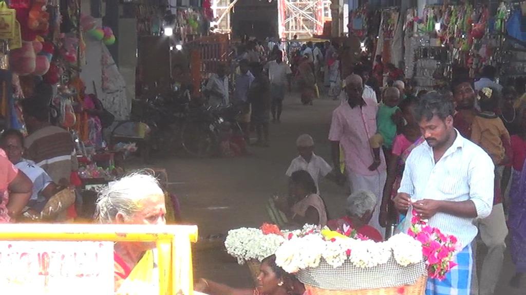 ஆடி வெள்ளிக்காக சமயபுரம் கோவிலின் அருகே அமைக்கப்பட்டிருக்கும் கடைவீதிகள் .