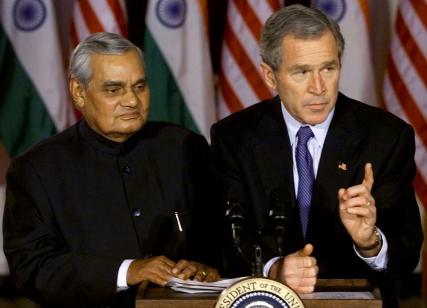வெள்ளை மாளிகையில் அடல் பிஹாரி வாஜ்பாயுடன் அமெரிக்க அதிபர் ஜார்ஜ் டபுள்யூ புஷ், செய்தியாளர்களைச் சந்தித்த போது, (Image: Reuters)