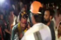 பாஜக எம்எல்ஏ-க்கு செருப்பு மாலை அணிவித்து வரவேற்ற நபர்!