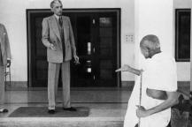 லண்டனில் நகைச்சுவை நடிகர் சார்லி சாப்ளினுடன், காந்தியும் அவரது மனைவியும்.