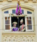 மஹாராஷ்டிராவில் குடி பத்வா என்ற பண்டிகையின் போது பெண்கள் பாரம்பரிய உடையில் பைக் ஓட்டும் காட்சி
