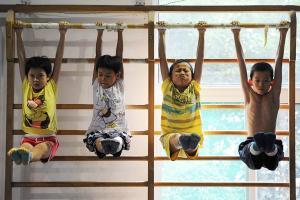 சீன நாட்டு சிறுவர்களின் தீவிரமான ஜிம்னாஸ்டிக் பயிற்சிகள் (புகைப்படத் தொகுப்பு)