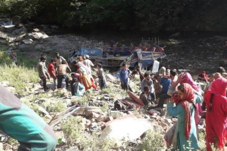காஷ்மீரில் கோர விபத்து - பள்ளத்தாக்கில் பேருந்து கவிழ்ந்து 33 பேர் உயிரிழப்பு