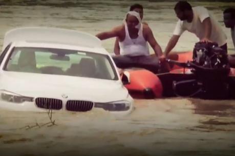 Video   ஜாகுவார் காரை தந்தை வாங்கித்தராததால் தனது BMW காரை ஆற்றில் தள்ளிய மகன்!