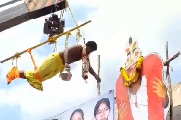 லாரன்ஸ் கட் அவுட்க்கு பாலாபிஷேகம் - 'முட்டாள்' என திட்டிய பிரபல இயக்குநர்